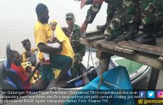 Satgaskes TNI Evakuasi Adam dan Eva Korban KLB Gizi Buruk - JPNN.com