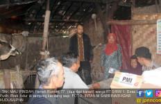 Nenek Rumini dan Cucunya Tinggal di Kandang Sapi - JPNN.com