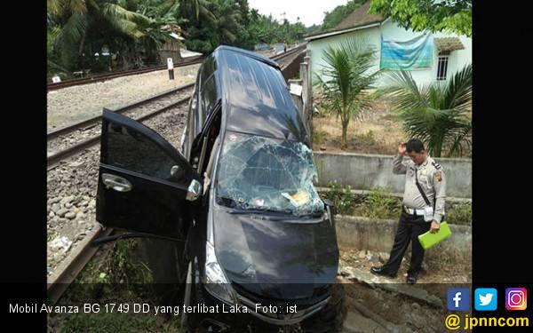 Brakkk! Toyota Avanza Ringsek Dihantam Babaranjang - JPNN.com