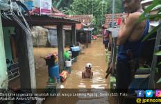 Banjir Datang, Ratusan Warga Jagakarsa Mengungsi - JPNN.com