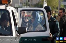 Copot Jilbab di Muka Umum, Puluhan Perempuan Iran Ditangkap - JPNN.com