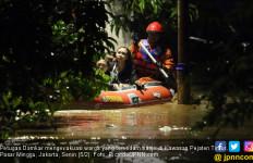 Lihat! Warga di Kalibata Nyaris Hanyut Diseret Arus Banjir - JPNN.com