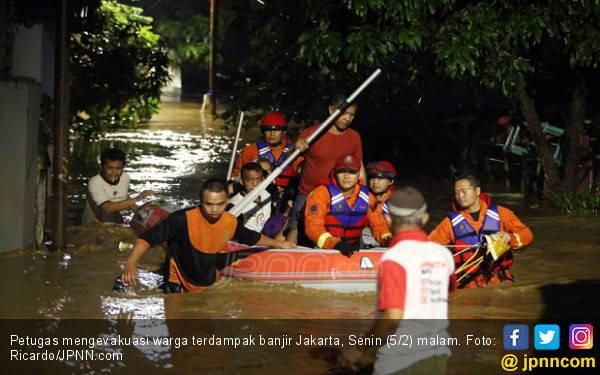 Sebagian Jaktim Banjir, Petugas Damkar Evakuasi Warga - JPNN.com