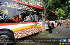 Bruakkk... Wako Solo Sopiri Bus, Serempet Pohon Kaca Pecah - JPNN.com