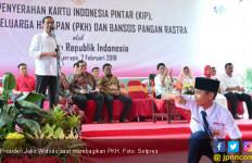 Jokowi Serahkan 1.250 PKH dan 1.170 KIP di Gresik - JPNN.com