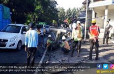 Lagi, Tiang Listrik Jadi 'Korban' Kecelakaan - JPNN.com