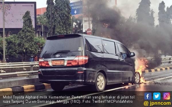 Ada Alphard Terbakar di Tol Tanjung Duren arah Semanggi - JPNN.com