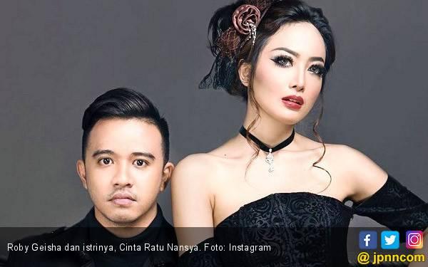 Digugat Cerai Roby Geisha, Cinta Ratu Nansya Pilih Umrah - JPNN.com