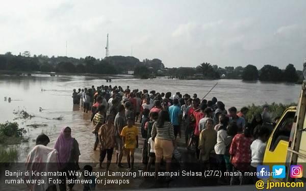 200 Unit Rumah di Lamtim Masih Terendam Banjir - JPNN.com