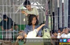 Teganya, Anak Tendang Ibu Hingga Patah Tulang - JPNN.com
