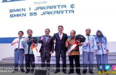 Mitsubishi Donasi 2 Truk Colt Diesel ke SMK di Jakarta - JPNN.com