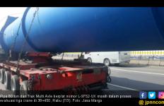 Pipa 80 Ton Bergeser dari Dudukan Truk, Tol Japek Macet - JPNN.com