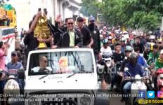 Lihat Nih, Ribuan Warga Sumsel Arak Piala Gubernur Kaltim - JPNN.com