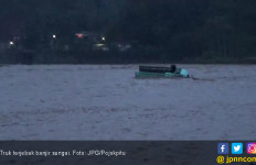 Truk Kayu Berjuang di Tengah Arus Banjir Sungai - JPNN.com