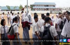 Kepsek Diduga Korupsi, Pelajar Batam Demo di Depan Sekolah - JPNN.com