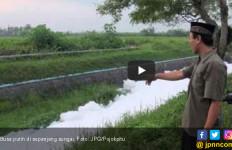 Warga Geger Lihat Sungai Penuh Busa Putih - JPNN.com