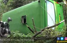 Bus Bawa Rombongan Bocah SD Terguling - JPNN.com