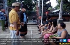 Warga Lagi Nyepi, Tiga Waitress Tepergok Mandi Bareng Cowok - JPNN.com