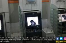 Kartu Ngadat, Nasabah Rusak Tujuh Mesin ATM BRI - JPNN.com