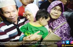 Istri Sopir Go-Car Peluk Anak Saat Lihat Foto Jasad Suaminya - JPNN.com