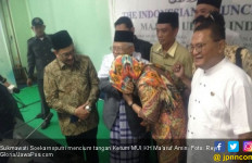 Sukmawati Cium Tangan Kiai Maruf Amin Dua Kali - JPNN.com