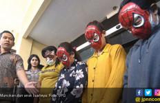 Malu, SPG dan Muncikari Pakai Topeng Spiderman - JPNN.com