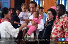 Lihat, Dua Anak Suku Asmat Anteng Digendong Jokowi - JPNN.com