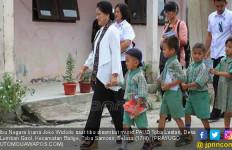 Sambangi Murid PAUD, Iriana Jokowi Bagikan Buku dan Menortor - JPNN.com