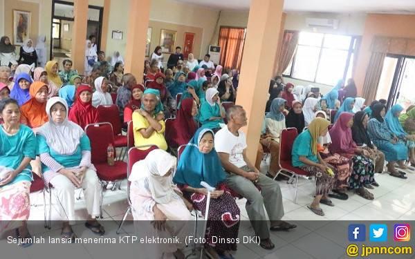 Terima KTP-el, Lansia di Panti Kini Makin Terjamin - JPNN.com