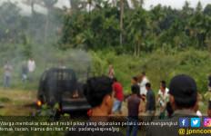 Mobil Pencuri Spesialis Kerbau Dibakar Warga di Solsel - JPNN.com