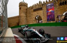 Manfaatkan Baku Hantam, Lewis Hamilton Menangi F1 Azerbaijan - JPNN.com