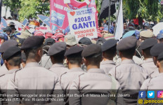 Berbaur dengan Massa Buruh, Honorer K2 Aksi di Depan Istana - JPNN.com