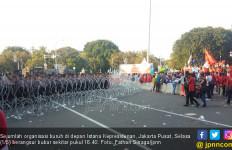 Massa Buruh di Depan Istana Kepresidenan Berangsur Bubar - JPNN.com