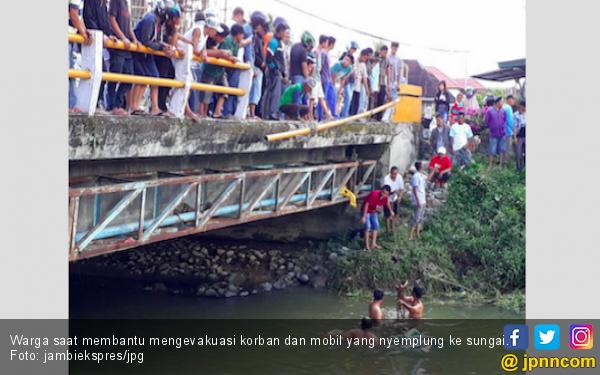 Mau Ngerem Malah Injak Gas, Pick Up Nyemplung ke Sungai - JPNN.com