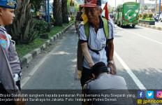 Pensiunan Polri Jalan Surabaya-Jakarta, Polisi Muda Sungkem - JPNN.com