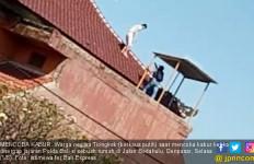 LIhat Nih, WN Tiongkok Penjahat Siber Mau Kabur Lewat Atap - JPNN.com