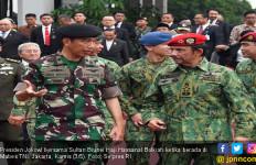 Berbaju Loreng, Jokowi - Sultan Brunei Saksikan Atraksi TNI - JPNN.com