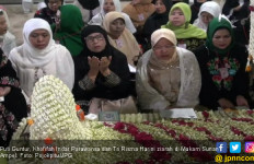 Khofifah dan Puti Bareng Ziarah ke Makam Sunan Ampel - JPNN.com