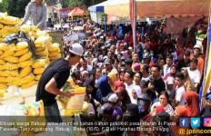Ratusan Warga Berdesak-desakan Datangi Pasar Murah - JPNN.com
