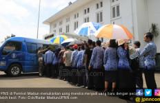 THR PNS Upaya Jokowi Raup Suara dari Kalangan Birokrasi? - JPNN.com
