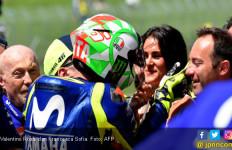Mmuah..Si Seksi Dicium Rossi Usai Kualifikasi MotoGP Italia - JPNN.com