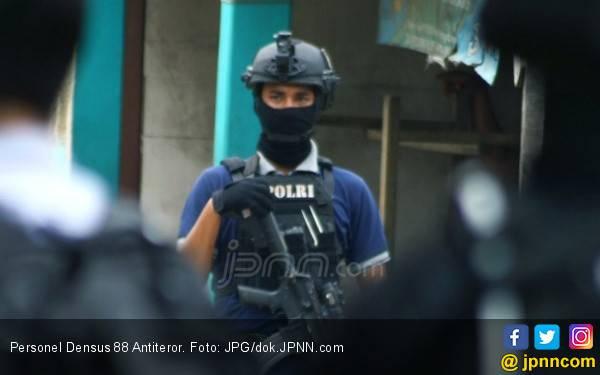 Polisi Geledah Rumah Pelaku Bom Kartasura, Hasilnya? - JPNN.com