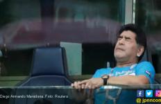 Darah Rendah Kambuh, Diego Maradona Dipapah Lalu Dirawat - JPNN.com