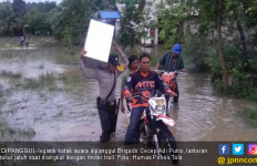 Banjir Selutut, Brigadir Cecep Panggul Kotak Suara ke TPS - JPNN.com