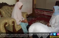 Berlutut, Calon Wali Kota Cium Kaki Ibunda - JPNN.com