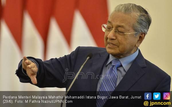 Mahathir Lega Jokowi Tak Komplain Diajak Ngebut Pakai Proton - JPNN.com