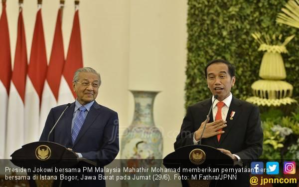 Cerita Jokowi Disopiri Mahathir Naik Proton, Ngebut Banget - JPNN.com