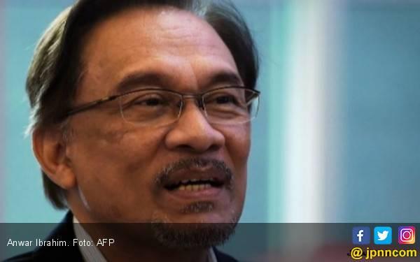 Anwar Ibrahim Pecat Anak Buah Gara-Gara Video Gay - JPNN.com