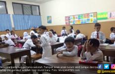 Orang Tua Murid Berjubel di Hari Pertama Sekolah - JPNN.com