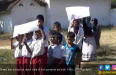 Hari Pertama Sekolah, Siswa dan Orang Tua Kompak Unjuk Rasa - JPNN.com